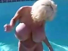 Une blonde magnifique finit avec le cul grand ouvert
