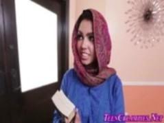 عربية محجبة ترضع زب زوجها وتشرب حليبه