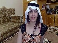 فلم سكس لمحجبة تخلع ملابسها وتخرج بزازها وصديقها يمسك بزازها ويلعب بهم