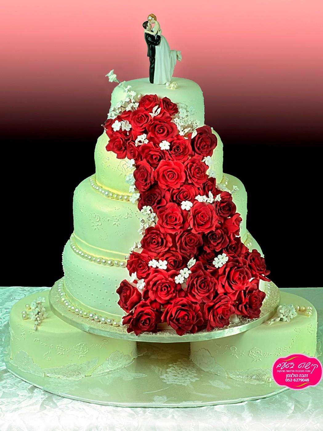 עוגת חתונה מפוארת מעוצבת פרחי סוכר ורדים מסוכר