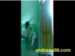 رجل سعودي مع زوجتة على السرير وهي بقميص النوم