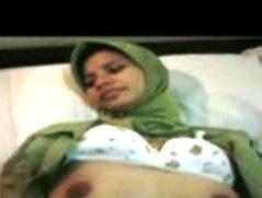 شرموطة مغربية تمارس الجنس الفموي و تلعق فتحة الشرج لرجل مغربي